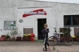 Urig: Der Shop auf dem Campingplatz Borlefzen