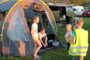 Spielkameraden sind beim Campen schnell gefunden