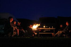 Lagerfeuerromantik zwischen Kultgefährten